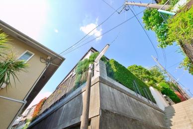 緑豊かな閑静な住宅街!高台のため1階部分も陽を遮る建物が無く、陽当り・通風・眺望良好です。