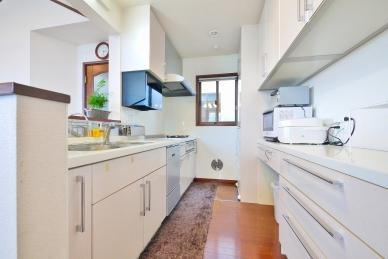 家族と会話を楽しみながらお料理ができる大人気の対面式システムキッチン。食器洗浄乾燥機付きで、収納スペースも多く使い勝手良好!窓があるので換気もしっかりできます。