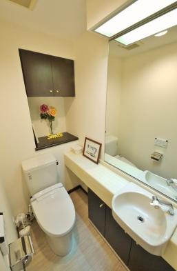 手洗いカウンター付き温水洗浄便座。収納スペースが豊富な為、すっきりと清潔にお使い頂けます。