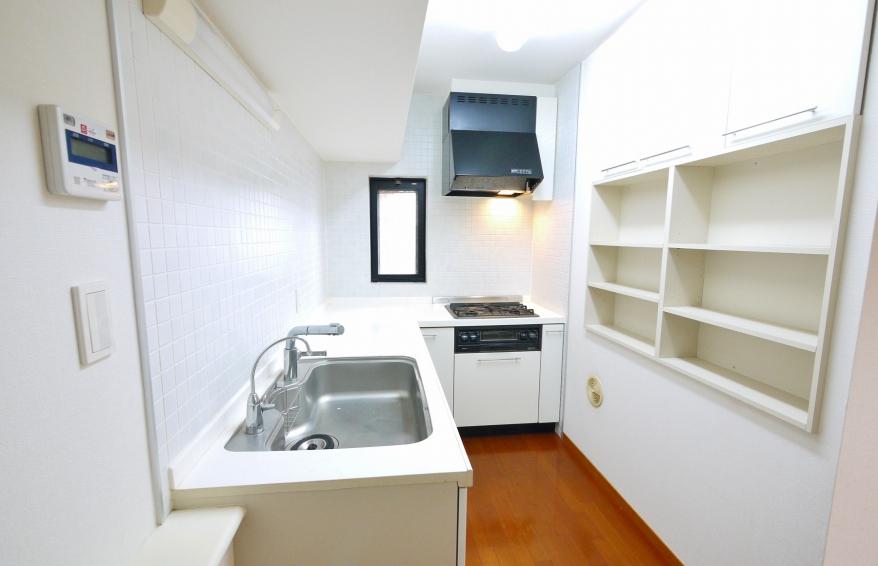 動線も広々とし使いやすいキッチン 戸棚・収納も豊富です。(窓あり)