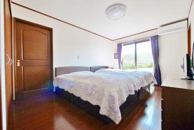 1階部分、ウッドデッキに面した洋室は約4.6帖の納戸付!クローゼットや書斎など用途は自由!お部屋もすっきりと広々お使い頂けます。