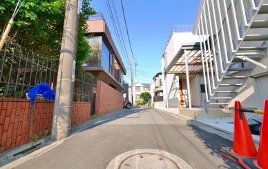 前面道路は車の往来がないので閑静な環境となっています。駐車場が西へ約20メートル先にあります。(月額28000円)