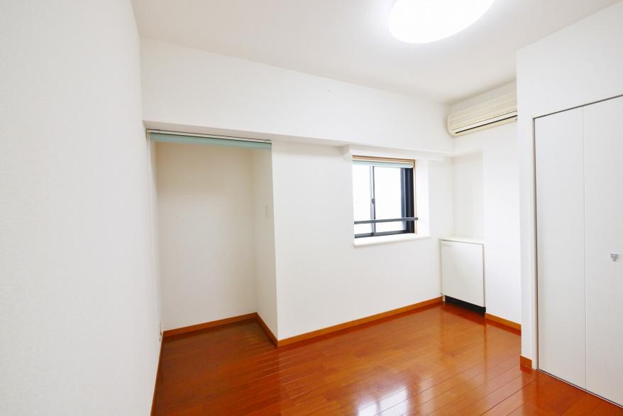 5.5畳 洋室 クローゼット、シェルフ、出窓あり