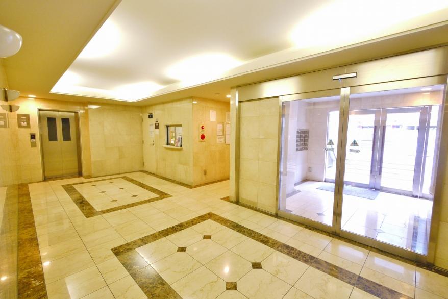 重厚感と清潔感があるエントランスホールです。