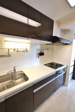 収納豊富で調理スペースが広く、使い勝手良好なシステムキッチン。出入り口が2ヶ所あり、家事導線が考えられた設計です。