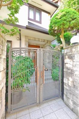 高級感が溢れる門扉から玄関に続くアプローチは緑豊かな空間で、お客様を温かく迎え入れてくれます。