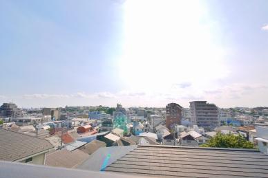 閑静な住宅街の高台に位置し、2階のバルコニーからは富士山を望む約180度のパノラマビューを堪能。南西向き2面バルコニーのため陽当たりも良好です。