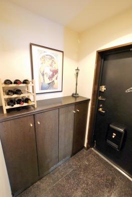 重厚感のある玄関。シューズクローゼットや物入を備え、すっきりと開放感のある空間です。